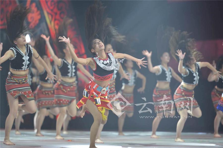 云南网讯金鸡报春,欢歌笑语迎新年;彩云追梦,龙腾狮跃谱新篇.