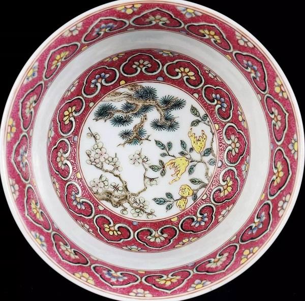 碗心饰以松树、梅花、佛手