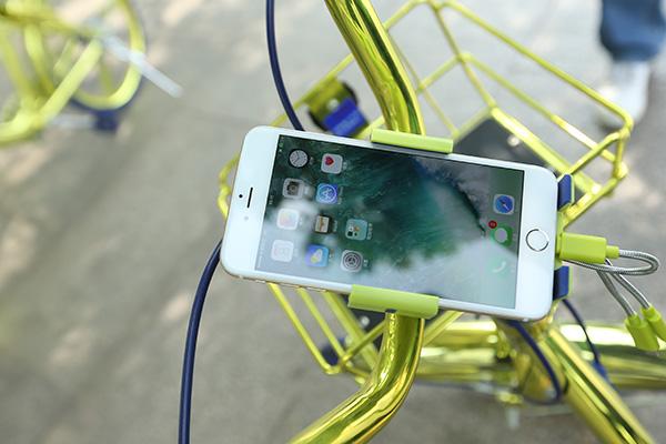 共享单车上的充电手机支架。