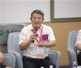 董事长陈东升在媒体见面会上接受记者采访