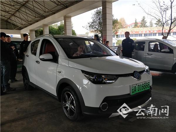 昆明第一块新能源汽车专用号牌颁发