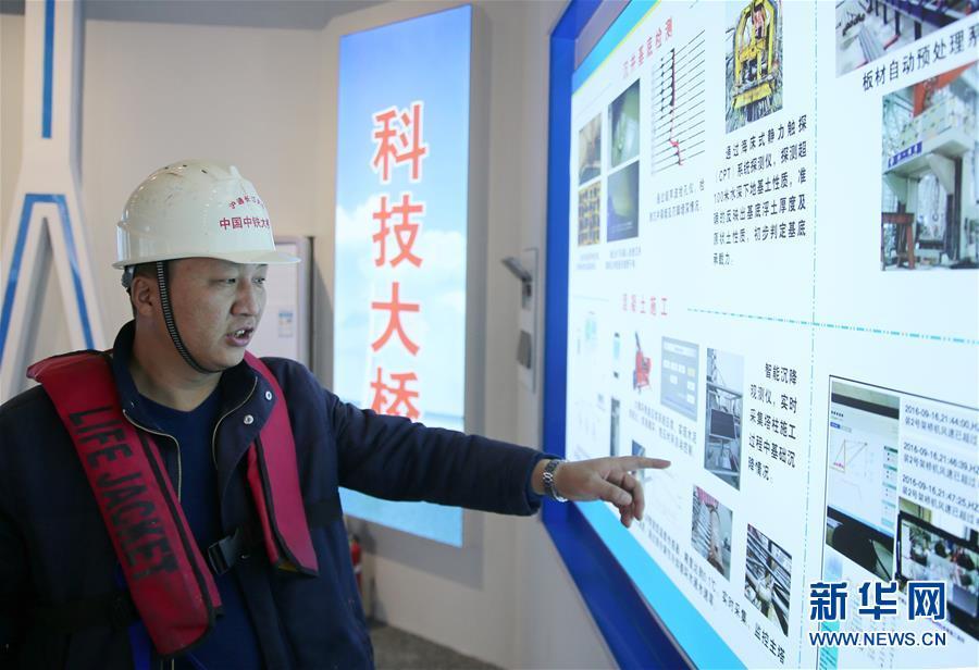 11月9日,顾惠明介绍沪通长江大桥建设中采用的新技术。新华社发(许丛军)