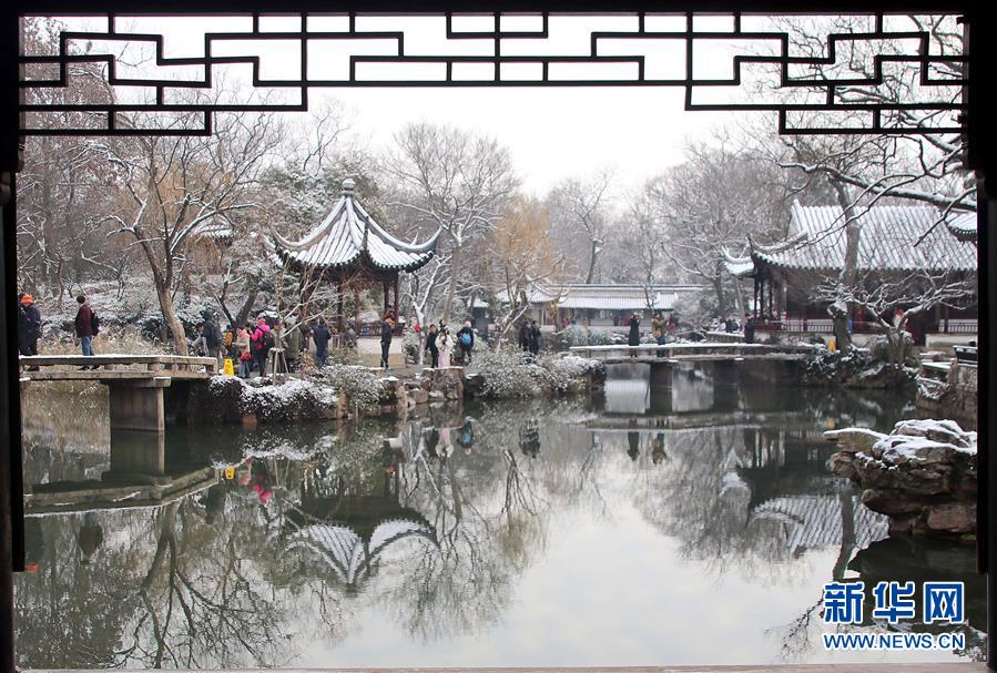 12月31日,游人在江苏省苏州市拙政园不悦目赏雪景。近日,吾国众地迎来降雪,雪后的中国古典修建别有韵味。新华社发(王建康)