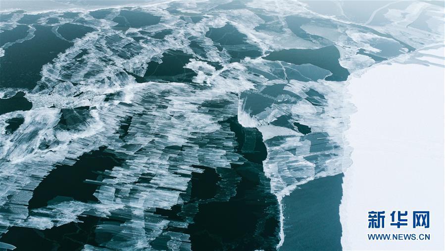 这是12月30日拍摄的青海湖(无人机拍摄)。 新华社记者 吴刚