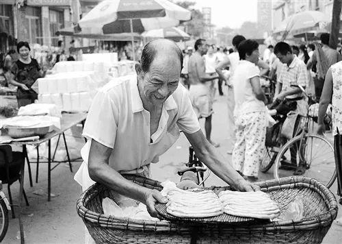 河北省廊坊市大城县大广安村乡下大集红火嘈杂,这边曾是当地农民购物的主要场所。(摄于2007年8月)
