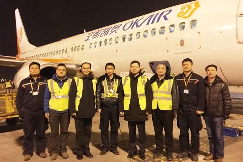 图:奥凯航空总裁李宗凌与做事人员相符影留念