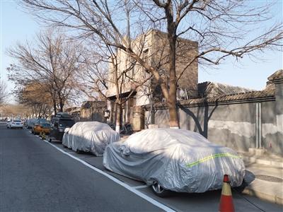 昨日,西兴隆街,跨位停车添罩车衣占用路侧停车位。
