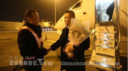 图:华夏航空总裁吴龙江慰问该航班机组