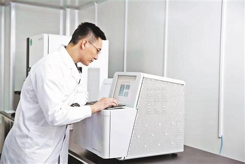 研发人员正在行使NextSeq CN500进走基因测序。温济聪摄