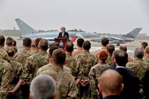 原料图片:当地时间2017年12月22日,塞浦路斯,英国首相特雷莎·梅在阿克罗蒂里空军基地说话,这是英国在塞浦路斯的两个军事基地之一。(视觉中国)
