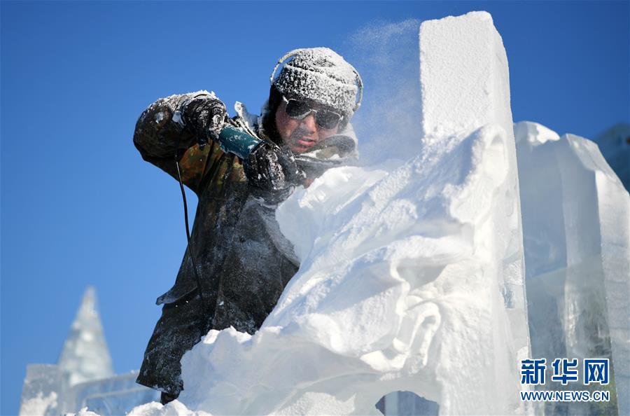 1月2日,选手在哈尔滨冰雪大世界内制作冰雕。 新华社记者 王建威摄