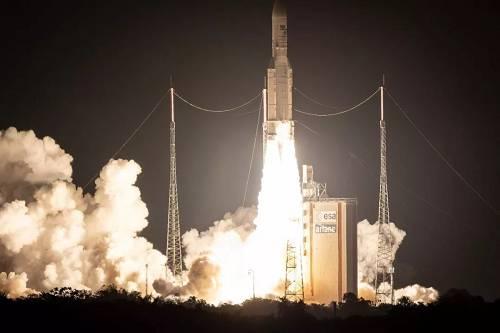 """原料图片:当地时间2018年9月25日,法属圭亚那库鲁,""""阿丽亚娜-5""""运载火箭搭载两颗卫星发射起飞。(视觉中国)"""