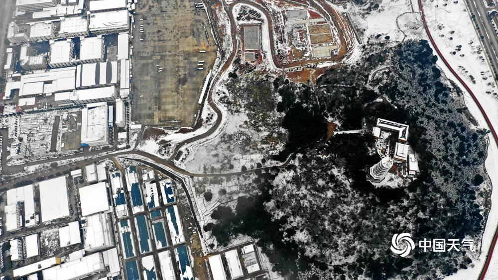 近日,江西省九江市瑞昌迎来了入冬以来的第二场雪,图为航拍下的瑞昌城区,银装素裹,似乎仙境,一幅幅时兴的画图表如现代人眼前,美不胜收。(摄影/曾振 魏东升)
