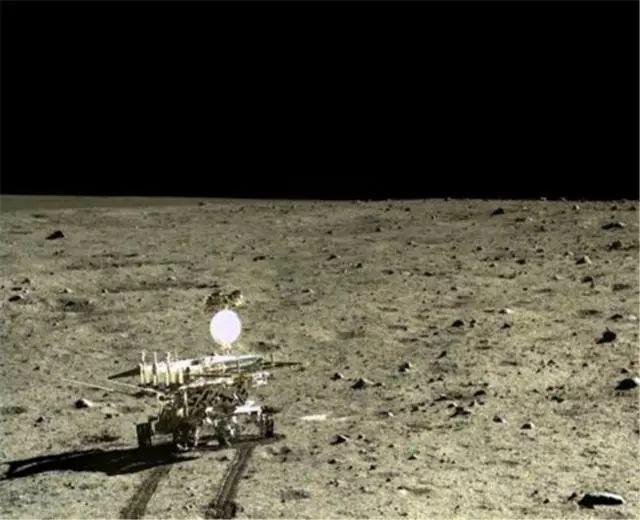 此图片为嫦娥四号探测器月球背面软着陆后降落相机拍摄的图像 -人类