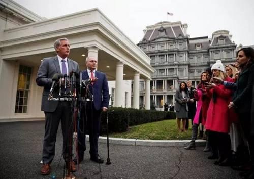 2019年1月2日,美国国会多议院无数党领袖麦卡锡和党鞭斯卡利斯在白宫与总统特朗普见面商议边境坦然题目后会见记者。