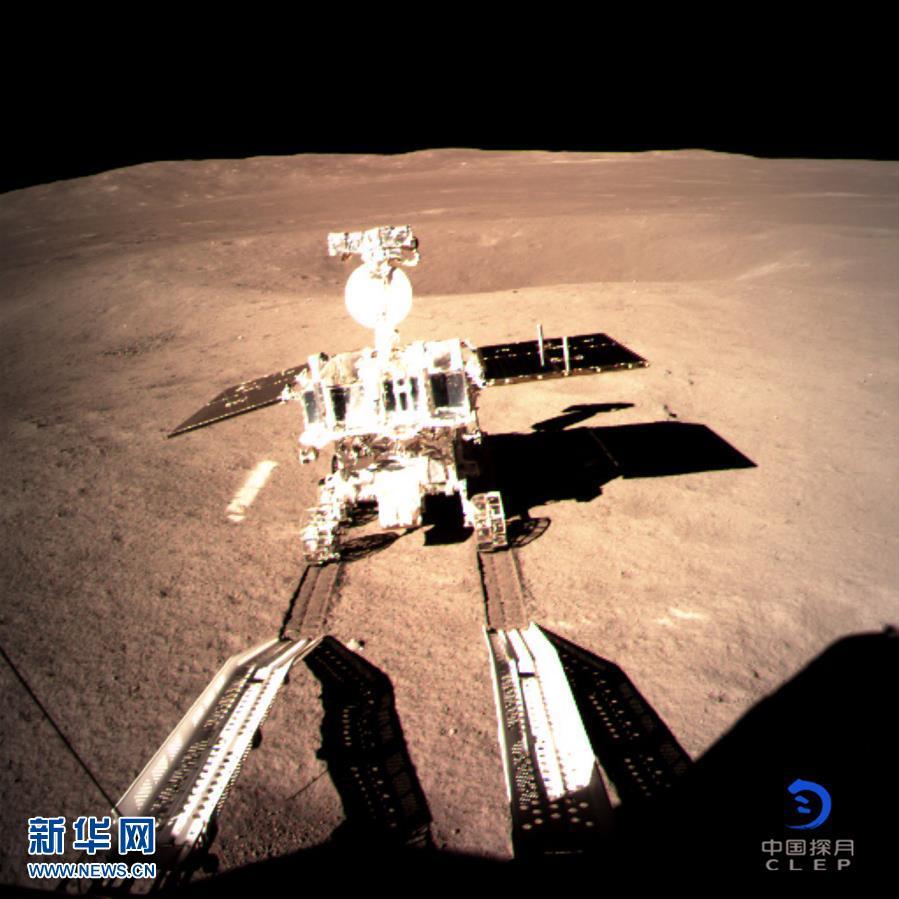 图为嫦娥四号着陆器监视相机C拍摄的玉兔二号巡视器走上月面影像图。新华社发(国家航天局 供图)