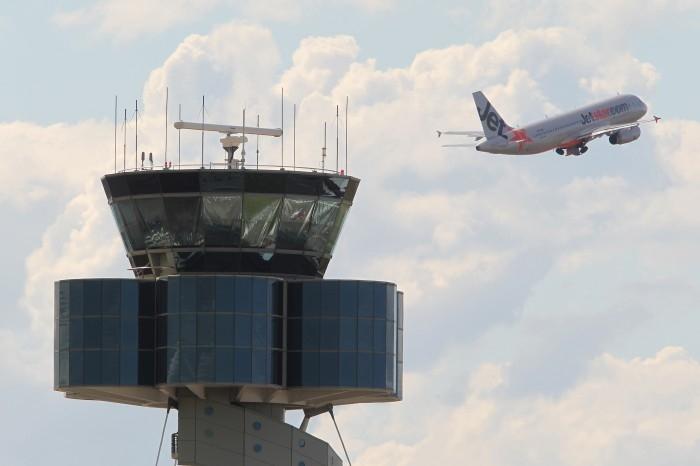 Airservice Australia控制导航执行总经理斯蒂芬・安格斯(Stephen Angus)表示,澳大利亚的29座空管塔中有些已经非常老旧,维护成本非常高,需要巨额投资进行替换。