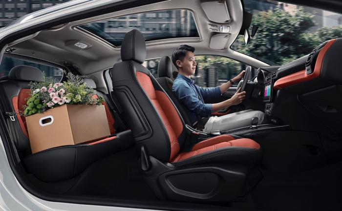 众所周知, C3-XR是雪铁龙品牌在中国市场投放首款SUV。在过去,这款车型经历了市场的长期考验,有着良好的市场口碑,如今,经过精心研磨打造后的新C3-XR,融入了雪铁龙全新设计语言与众多年轻人喜爱的潮流元素,变得更加年轻时尚。配置上,保持超越同级的2655mm轴距、1.3平米全景天幕等竞争优势的同时,新C3-XR还配备了Grip Control增强式智能多路况适应系统、9英寸触屏智能网联系统等,安全、智能和舒适也得到全面升级。