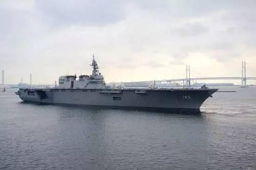 """资料图片:""""出云""""号驶出横滨港。(维基百科)"""