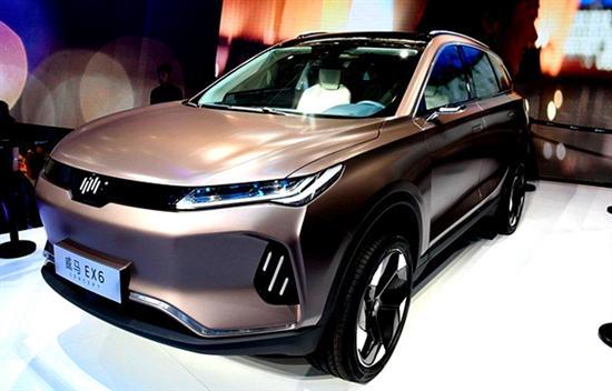 在2018年北京车展上,威马EX5 Pro正式亮相,新车采用了封闭式进气格栅并且与前大灯融为一体,非常符合时下流行趋势。新车预计搭载搭载一台最大功率为160kW的永磁同步电机,峰值扭矩为315Nm。
