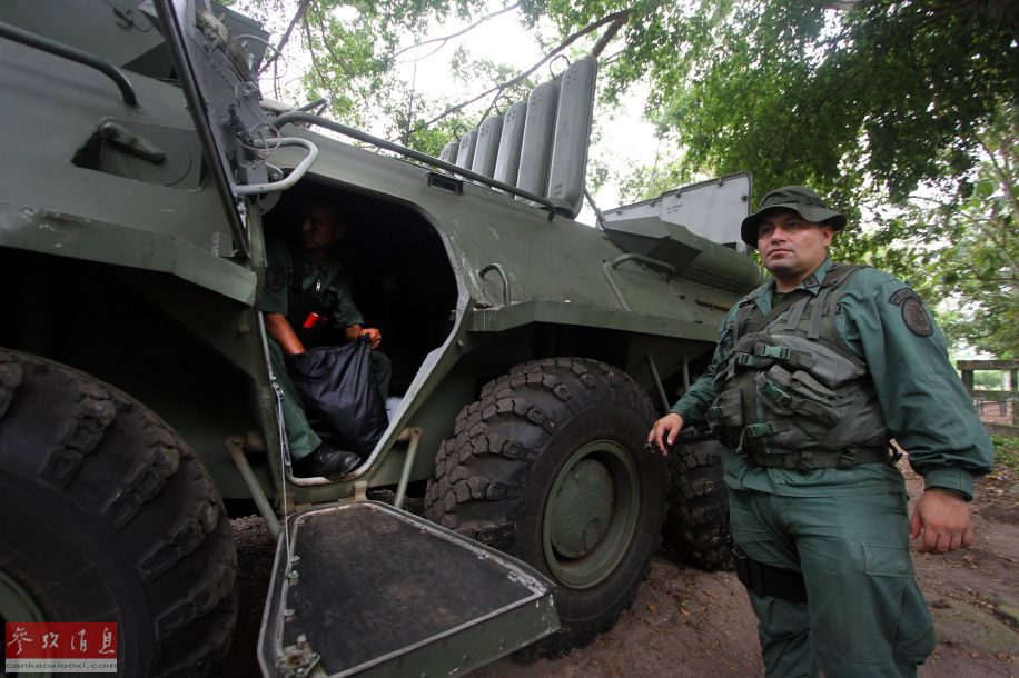 委内瑞拉军方领导人25日在加拉加斯参加总统马杜罗的记者会(法新社)