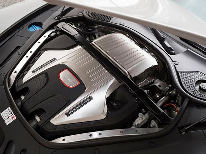 外观方面,新车采用了软顶帆布设计,前部配备三段式进气格栅,两侧大灯组为椭圆造型,下方配有LED日间行车灯。车侧线条极为流畅,配备多辐式轻量化轮毂,运动感十足。车尾配有主动式扰流板内部嵌有高位刹车灯,后盖或采用碳纤维材质,以减轻车身重量。两侧采用全新样式的尾灯组,点亮后辨别度极高,排气为中置两出式布局。