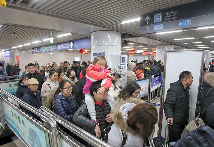 北京西站 ,因为出站客流会合,乘坐地铁必要长光阴排队等待。
