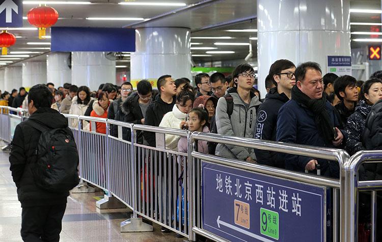 北京西站,搭客到达后换乘地铁,必要半小时能力进站。