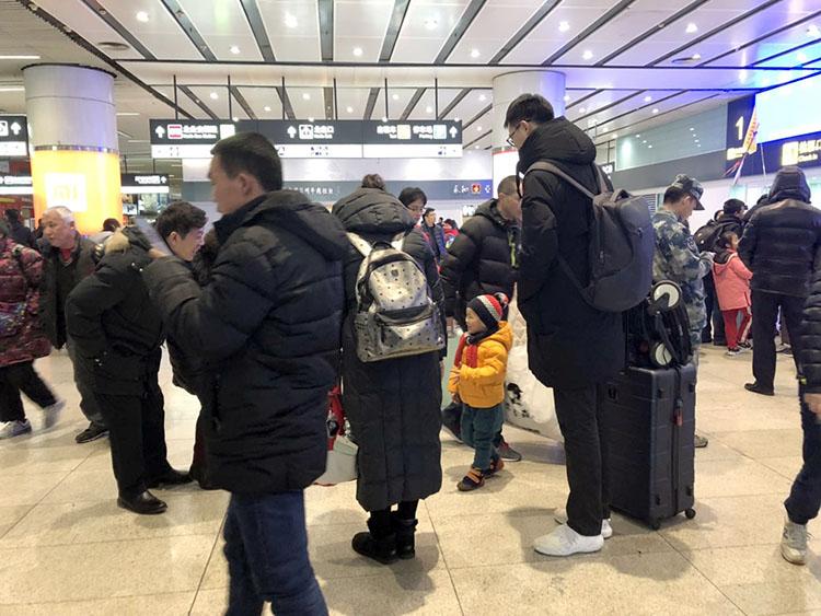 北京南站,返京的搭客正在出站。
