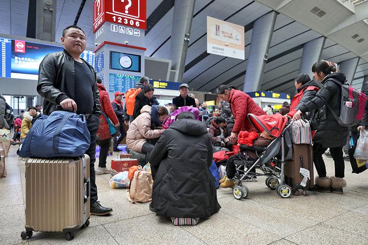北京南站,候车大厅内的期待离京搭客。