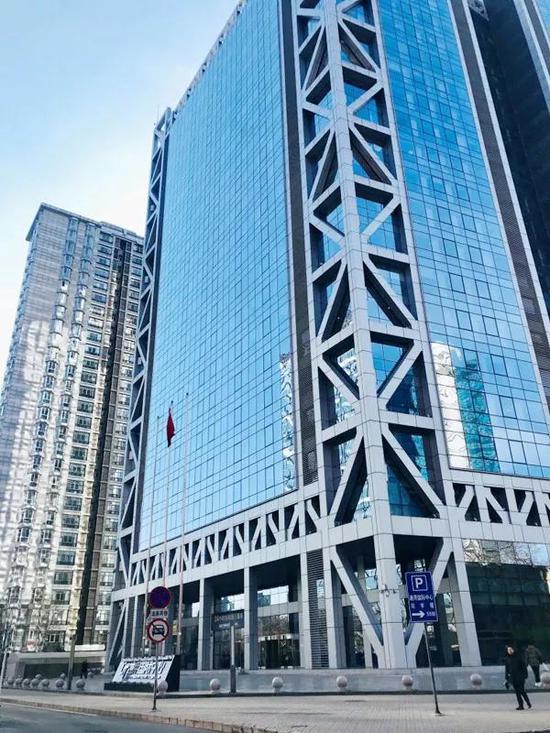 """德润大厦B座,楼外标志为""""通用国际中心"""",中国蓝田总公司位于该栋大楼B座25层"""