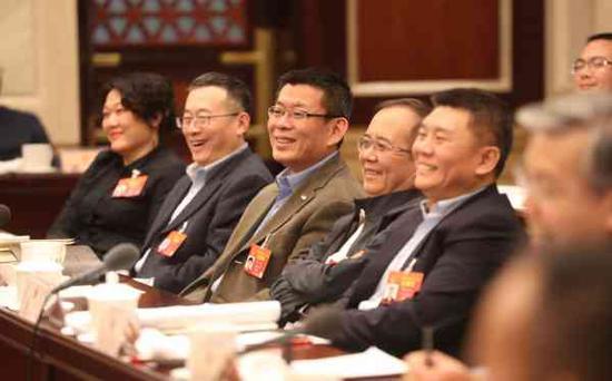 北京代表团分组会议气氛热烈。