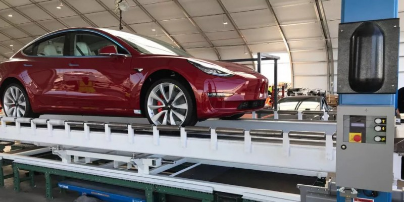 新浪科技讯 北京时间3月10日上午消息,由于第一周的订单可能导致供不应求,所以特斯拉刚刚把标准版Model  3的订单交付时间推迟了4周。