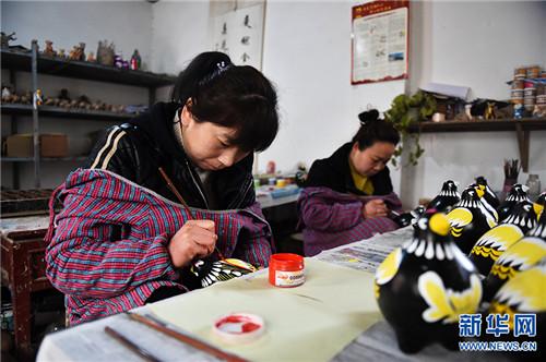 """3月5日,河南省浚县杨玘屯村,民间艺人正在制作各种""""泥咕咕""""泥塑工艺品。"""