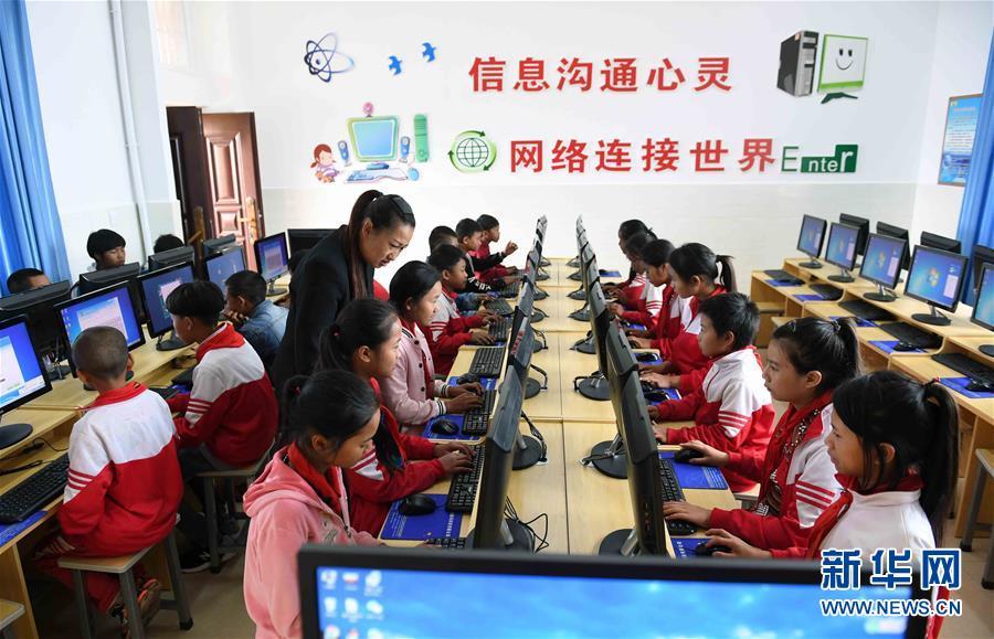 云南省西盟佤族自治县勐梭镇班母村的小学生在上电脑课(2018年12月7日摄)。新华社记者 杨宗友