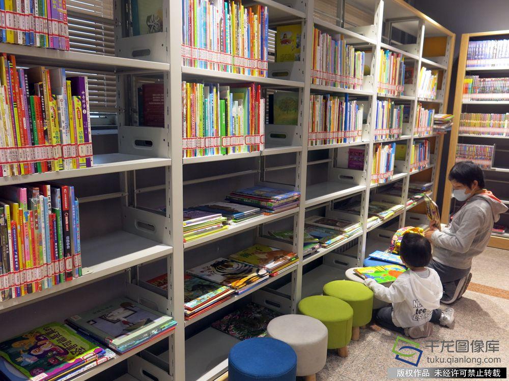 王府井图书馆也会举办宝宝故事会、公益讲座等活动。千龙网记者 纪敬摄 馆内目前有藏书3000册,中外文学名著、理论著作、儿童绘本等多个种类可以满足不同读者的需求。图书馆每天10时至20时开放,全年无休。在这里读书、码字、陪孩子读绘本都是不错的选择。