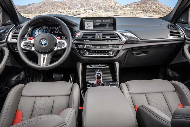 内饰方面,宝马X3 M/X4 M拥有大量M系列车型专属的内部装备,包括M组合仪表、M真皮方向盘(带换挡拨片和M按钮)、M挡把、红色的发动机启动/关闭按钮以及碳纤维材质的内饰条。而可电动调节的Vernasca真皮M运动座椅和多种内饰配色选择让车内兼具运动感和高档质感,用户还可选装带有Merino真皮、电动头枕调节和可发光M标志的M筒式座椅。