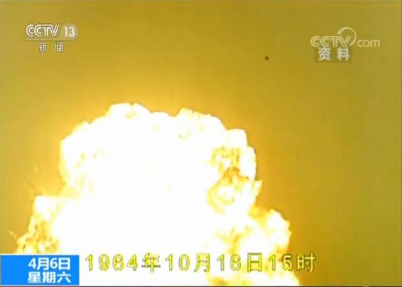 1964年10月16日,第一颗原子弹成功爆炸,就在人们尽情欢呼之时,时任基地研究所理论预测组组长的乔登江却顾不上这些,他走向指挥所,几位专家正在论证是否是真的核爆炸。