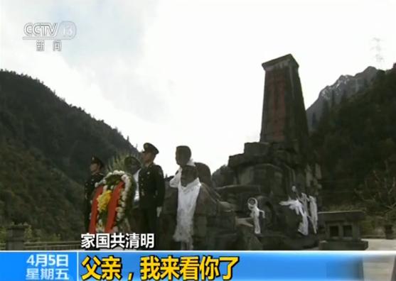 """这是川藏公路通麦段上的""""川藏运输线上十英雄""""纪念碑。51年前,为了把战备物资及时运到战友手中,李显文、杨星春、程德凤等10位英雄烈士,不幸遭遇特大山崩,长眠于此。他们牺牲时,年龄最大的33岁,最小的只有22岁。"""