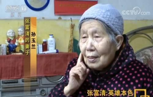 上世纪60年代,张富清任三胡区副区长,一人几十元的工资要养活一家六口。妻子孙玉兰原本在三胡供销社上班,国家开展精简退职工作,张富清首先动员的,竟是自己的妻子。