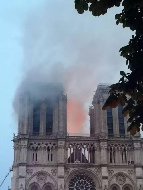 2019年4月15日,在法国首都巴黎,发生大火的巴黎圣母院冒出浓烟。(新华社记者杨一苗摄)