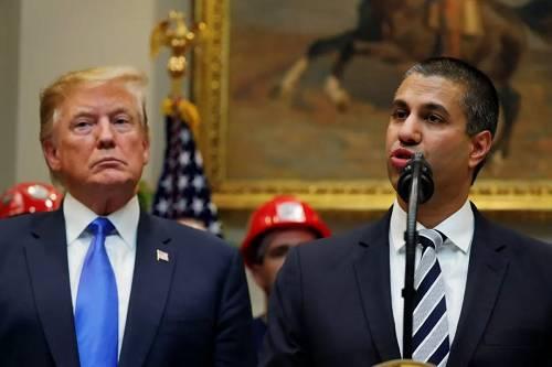 """4月12日,美国总统特朗普和FCC主席阿吉特·帕伊(右)在白宫宣布""""5G快速计划""""。(路透社)"""