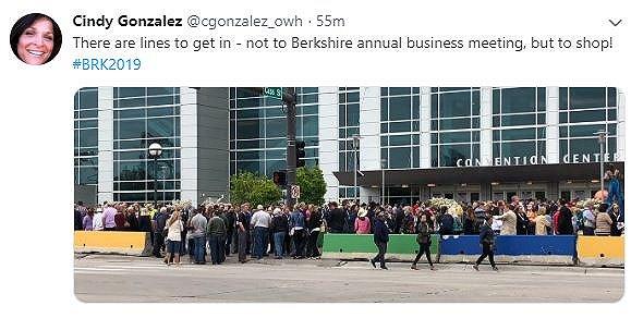 因为不提前到场排队的人可能会错过偶遇巴菲特的机会。拿周五的购物日举例,如果你没有至少提前半小时排队的话,就不可能在当地时间12点20分进入会议中心内部。巴菲特和芒格恰好今天在那个时刻坐着高尔夫球车视察展厅情况,据说每个人都拿了一瓶可口可乐,而去年两位老人基本没在股东大会前后公开露面。