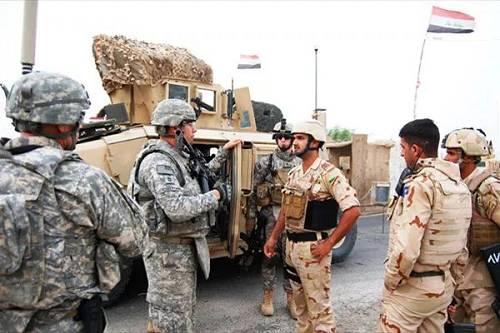 资料图片:驻伊美军军官与伊拉克当局军士兵交换。