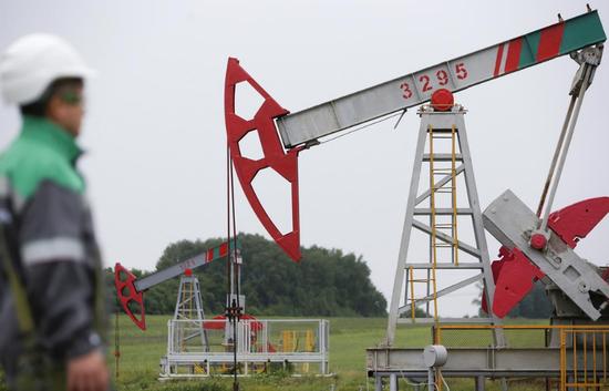 原料图片:2015年7月,俄罗斯乌法,Buzovyazovskoye油田的抽油机。REUTERS/Sergei Karpukhin