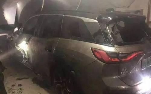 上海车库里停了4天的蔚来ES8自燃