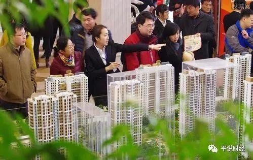 """数据还显示,仅在4月份,各地就发布了超过60次的房地产调控政策,今年以来已经公布了164次调控,也就是说,越随着时间推移,调控的力度就越大。现在总的趋势是,一二线城市继续收紧房地产调控政策,三四线城市""""因城施策""""可以酌情放松调控。所以,下半年房地产调控会加强,一季度房地产反弹趋势将会受到收敛。"""