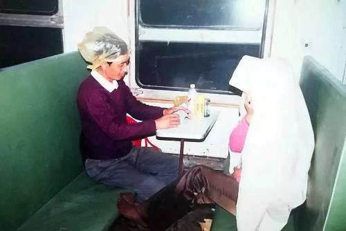 1995年,旅客乘坐火车从集宁南到二连浩特,头上套着塑料袋。