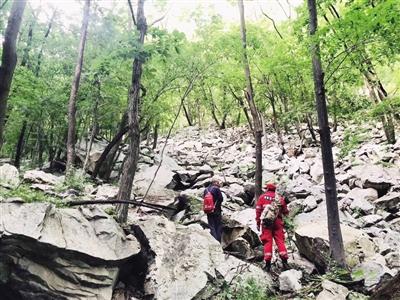 六旬老人登山失联多日 200余人大规模搜救