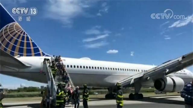 根據美國聯邦航空局發布的聲明,這架隸屬于美國聯合航空公司的客機,當天從科羅拉多州丹佛市飛往紐瓦克機場。當地時間15號下午1點,飛機在降落時爆胎并滑出跑道,部分起落架陷入跑道旁的草地中。不過美聯航的發言人稱,飛機的機身主體仍留在跑道上。隨后機上乘客通過舷梯離開飛機。一些乘客受了輕傷,但表示不需要接受治療。